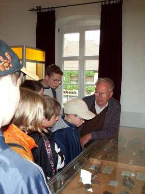 Ehrenmitglied Ernst Dörr bei einer Führung von Schülern anlässlich eines Projekttages der Schulen