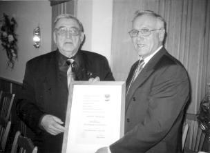 Ehrenbürger (und Ehrenmitglied) Dr. Otto Braun empfängt von Bürgermeister Werner Oberleiter die Urkunde.
