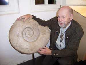 Klaus Bittner mit einem Riesen-Ammonit