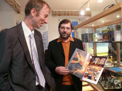 Ausstellungsmacher Klaus Schnaible und Alexander Pollmer (links) mit einem aktuellen Comic-Band